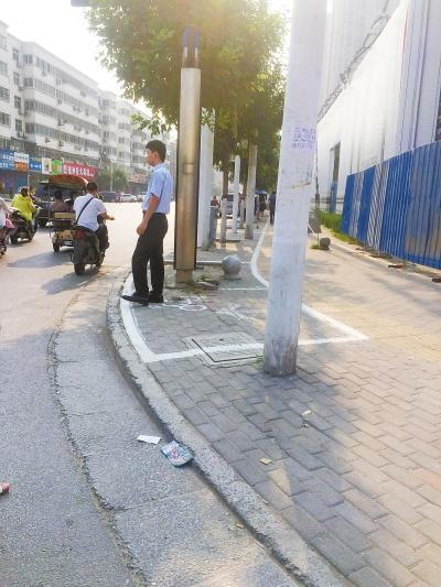 街头一些马路旁的人行道上出现了大片的共享单车停车位-共享单车停