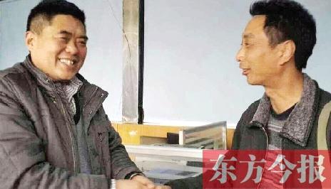 男人10万元落在出租车上 郑州的哥拾金不昧偿还