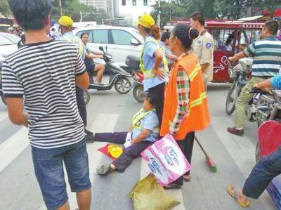 """郑州一轿车起步后""""发疯""""连撞4人 致1死3伤"""