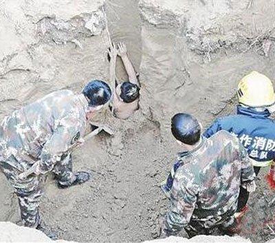 河南男孩半裸坠入5米深洞 被卡在洞底