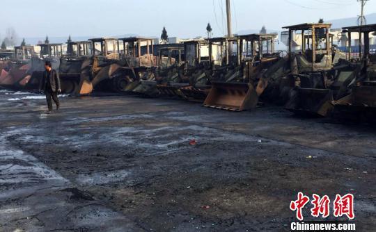 洛阳油罐车侧翻销毁30余辆装载机 2人灭亡(图)