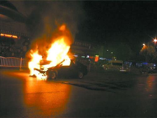 郑州一轿车连撞两车后车身起火爆炸 司机逃逸