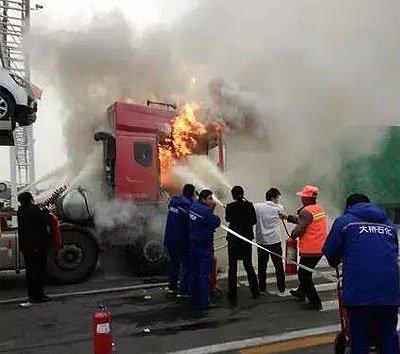 夫妻俩货车驾驶室做饭 引发火灾