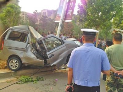 面包车撞断树后撞歪灯杆 驾驶室严重变形司机亡