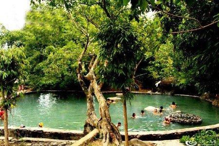 ,路尽头有一土停车场,隔一溪水的几丈外,就是勐拉温泉.泉池