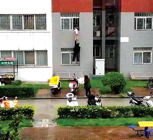4岁女童头部卡进防盗窗身体悬空 众邻居托举救援