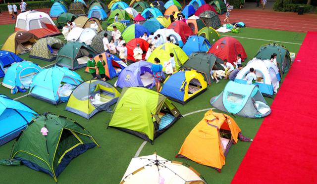 郑州一幼儿园六一儿童节有新意 走红毯夜宿营