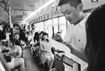 """郑州定制公交昨运营 175名市民""""打公交""""上班"""