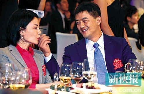 李亚鹏宴会为王菲擦嘴 网友:这两人太有爱了