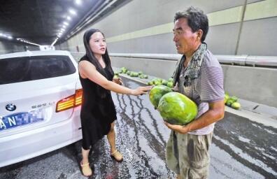 郑州宝马女_开封瓜农郑州隧道内翻车 宝马女脱高跟鞋救助