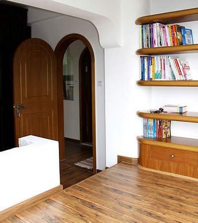 着一面墙做了个层板的书柜,可以放下我的很多杂志.-打工妹晒混搭