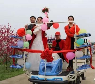 信阳农民小伙用6台插秧机迎娶新娘