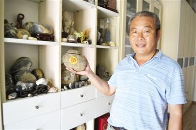 漯河六旬老人痴迷捡石头 14年搜集五六百块