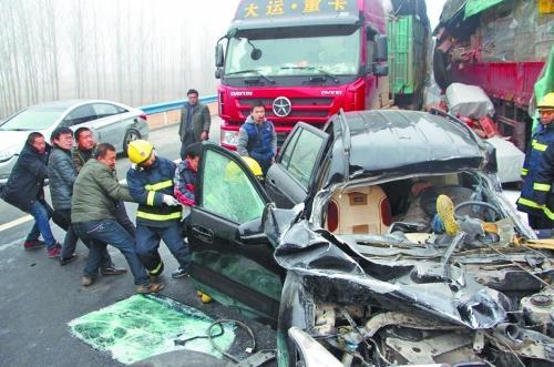 信阳18车相撞2人亡 幸存者:一回头驾驶室没了