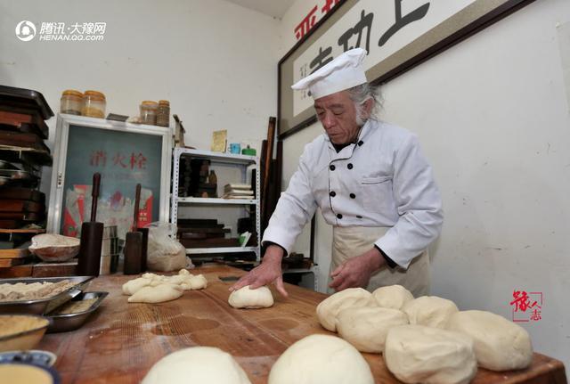 年迈老人郑州卖糕点却不为赚钱 只有一个目的