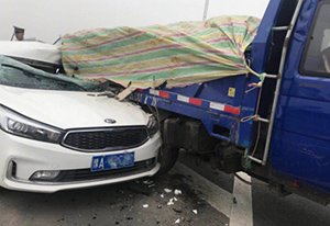 郑州一拉砖三轮货车与轿车相撞