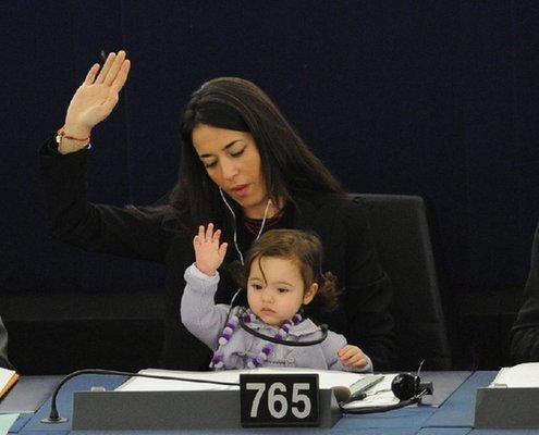 女议员带着娃上班引热议:在郑州这儿中不中