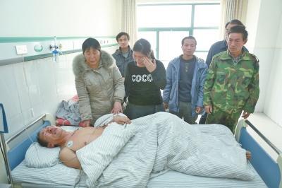 洛阳6农人工为讨薪锁售楼处年夜门 此中2人被打伤