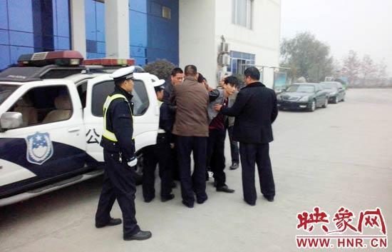 今朝,该嫌疑人和车辆已移交属地开封县公安局刑警年夜队处置。