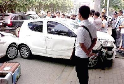 女子倒车失控连撞两车 交警:女性开车有5个短板