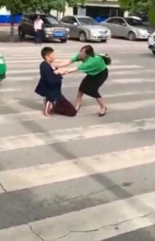 夫妻闹离婚 丈夫马路下跪切腹求复合