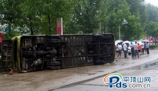 平顶山市鲁平大道大客车失控侧翻 20余人受伤高清图片