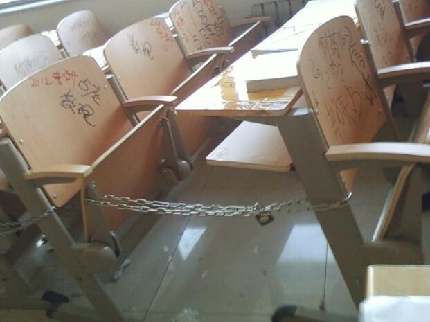 河南高校现奇葩占座方式 有人用铁链锁桌椅