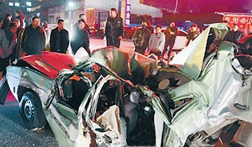 郑州出租车失控被卡两货车间严重变形 司机身亡