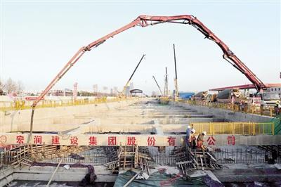 郑州地铁3号线一期共设站21座 首座站点封顶