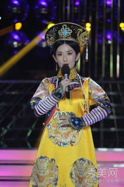 甄嬛穿着明黄色皇后服装,虽然服装造型上很强,不过谢娜不够深沉图片