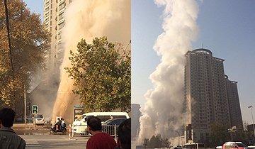 郑州一热力管道爆管 水柱喷出20米地面冲出大坑