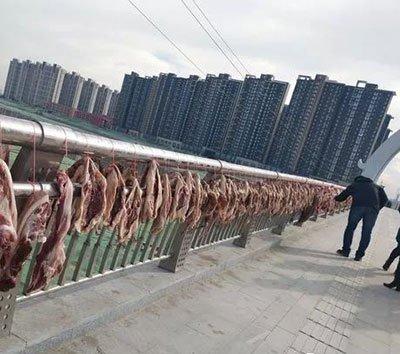 郑州一桥上惊现绵延不绝的腊肉