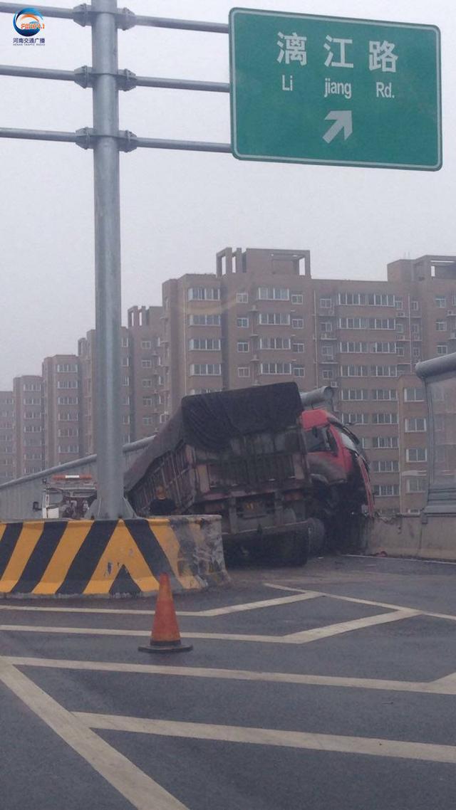 郑州京广路漓江路发生车祸 大货车车头受损严重