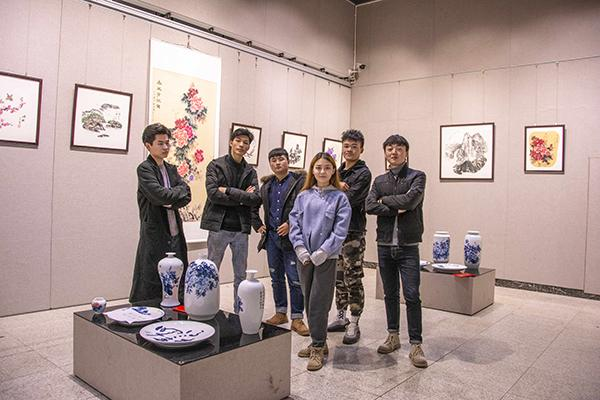 长沙理工出了个画家寝室 辅导员为学生圆梦办画展