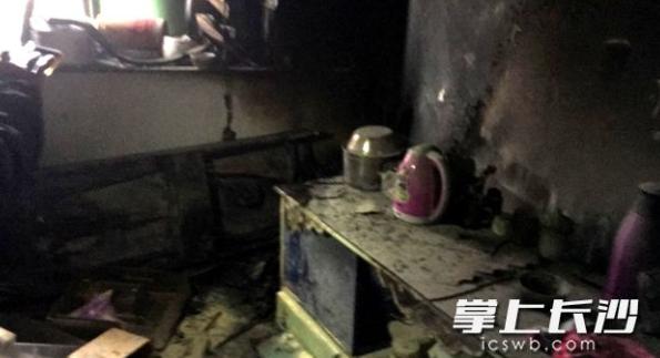 长沙一民房深夜起火 消防破门而入救出4人
