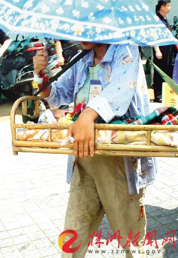 """""""株洲爷爷""""12年跟拍""""最小移民""""照片进了纪念馆"""