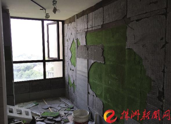 株洲一市民新房装修墙上瓷砖一边大面积脱落