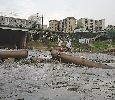 株洲三名垂钓者被困江水中 站排水管上等待救援