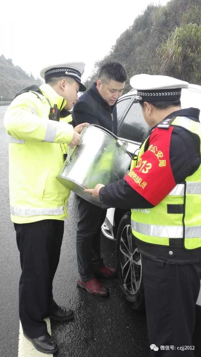 小车行至郴州段因无油报警 民警用铁桶加油解围