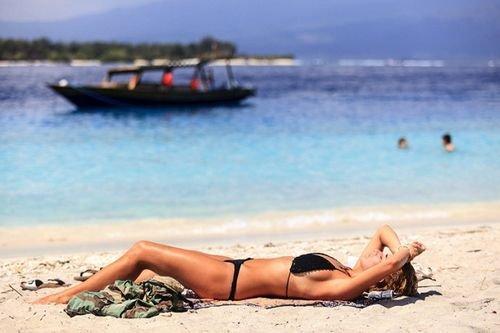 巴厘岛上的比基尼美女
