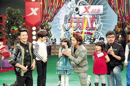 张亮儿子天天(左)、田亮女儿Cindy(中)、和王岳伦女儿王诗龄(右)在《天天向上》现场。   电视台供图