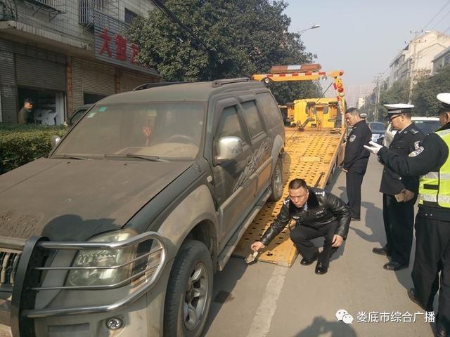 娄底城区开展交通秩序整治 乱停放的车将被拖走