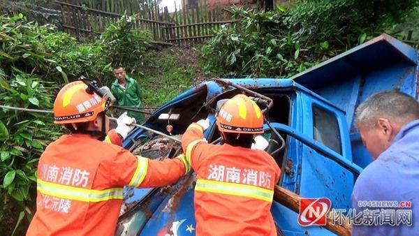 """怀化一小货车坠落5米""""悬崖""""驾驶员被困"""