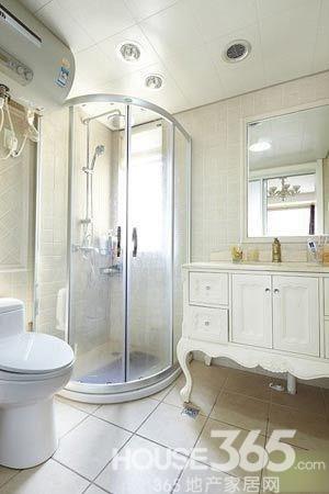主卫延续了主卧的欧式风格,浴室柜旁边便是淋浴房.