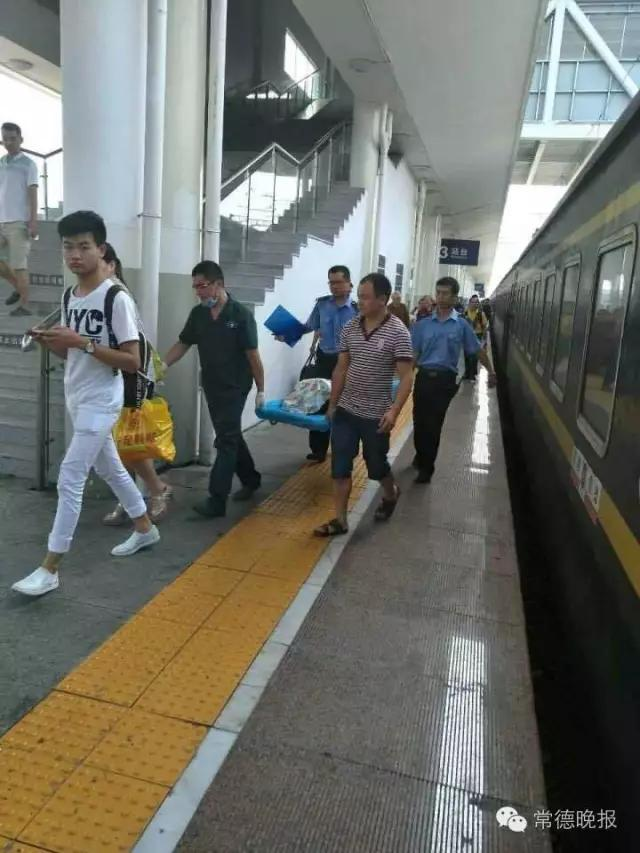 开往常德的火车上一女子口吐白沫 众人上演生命接力