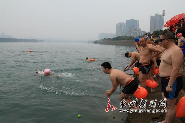 """永州市举行第八届冬泳节 500""""泳士""""畅游湘江"""