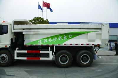 新型渣土车车身为白配绿,并采用平推式密闭环保顶盖防止车辆超载.图片