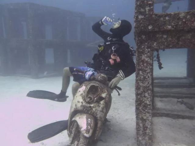 小伙辞职携女友前往泰国教潜水 月薪过万