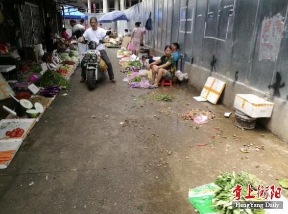 """衡阳衡西综合大市场菜摊占道 这处""""卡口""""好难过"""