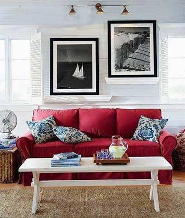 简欧客厅装修效果图:酒红色沙发,蓝色花卉抱枕,与白墙上的黑白照片